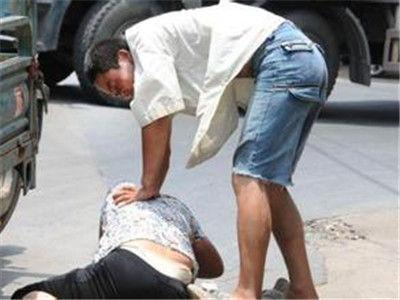 丈夫携儿女与前女友同居 妻子上门遭暴打