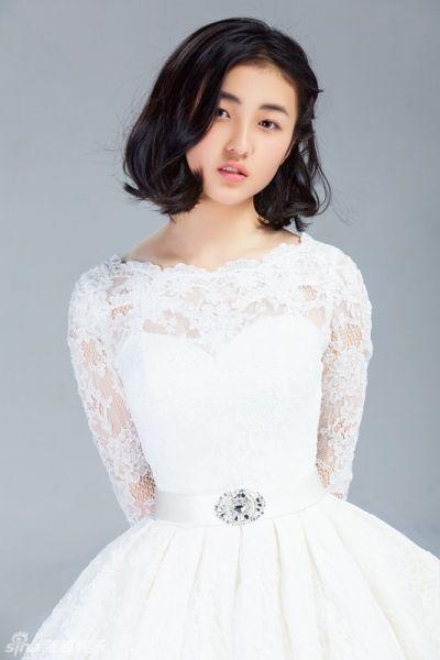 张子枫甜美庆六一 白裙纯美笑容灿烂