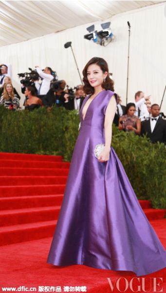 赵薇一袭紫色深V礼服裙