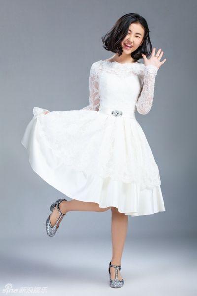 张子枫身着白色长裙,弯弯的笑眼显得俏皮可爱,松散的卷发随意飘散化身