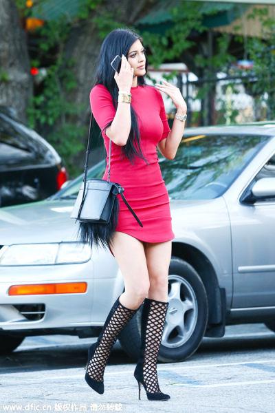 Kylie Jenner身着修身款红色T恤裙