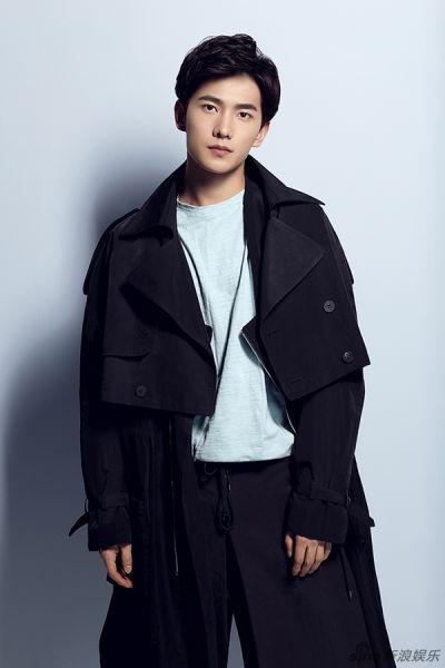 楊洋西裝寫真一改暖男造型詮釋多變魅力