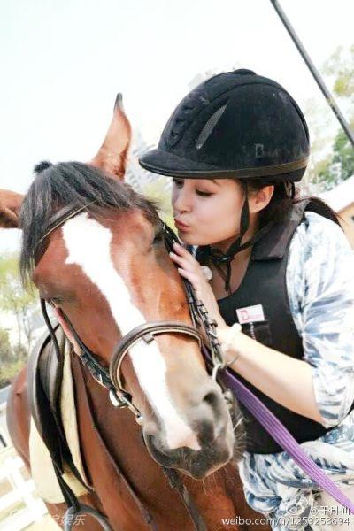赵本山小姨子于月仙骑马甜笑身材丰满