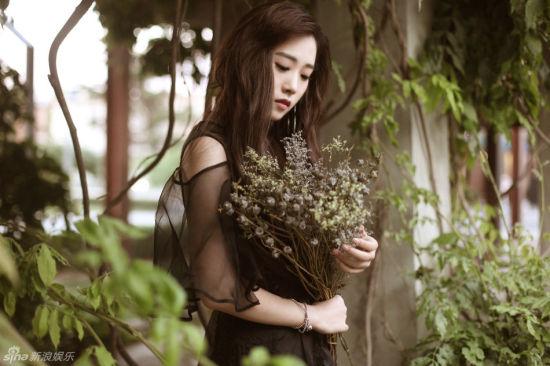 凌希长发黑纱裙写真曝光尽显冷艳迷人