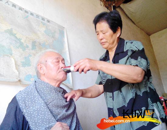 刘洪芬在给小叔子方振明剃胡须。郭俊峰 郑之焓 摄