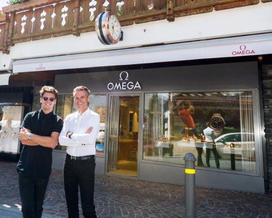 欧米茄名人大使巴斯蒂安·贝克(左)与欧米茄副总裁兼全球销售总监、斯沃琪集团扩展管理委员会成员安世文先生(右)到访全新欧米茄瑞士克莱恩-蒙塔纳旗舰