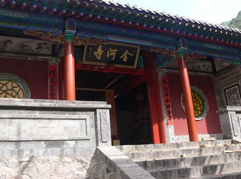 金河寺就位于小五台山西台北麓 ,背靠高山,面临金河,满山苍翠,风景