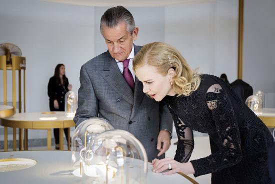 欧米茄全球总裁欧科华先生陪同名人大使妮可·基德曼欣赏展出的唯美女士腕表