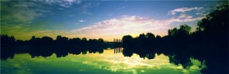 植物园山水云霞之美:大雨过后的石家庄植物园天空通透,远处高山清晰可见,天空白云飘飘,在湖水中形成美丽的倒影,