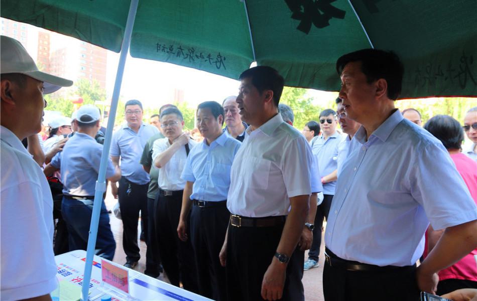 张杰辉副省长,省安委办主任安监局局长刘宝玲巡视咨询台