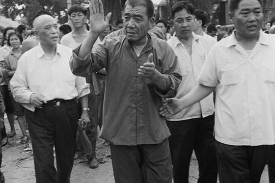时任副总理的陈永贵视察灾情