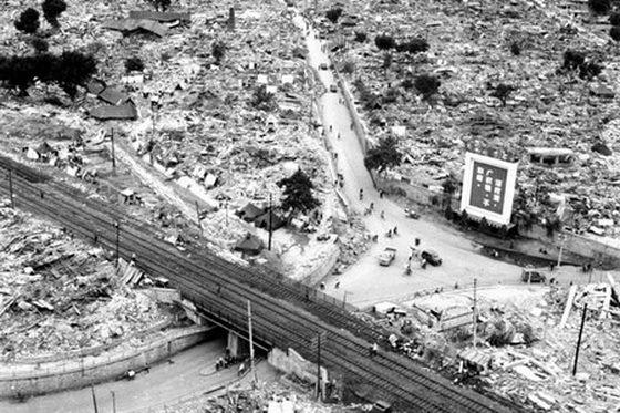 铁路桥两侧满是瓦砾