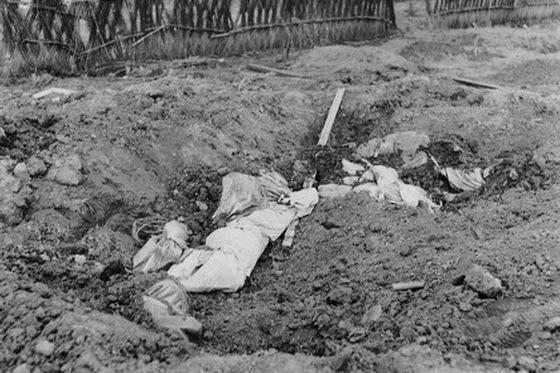 暂时草草掩埋的遇难者遗体