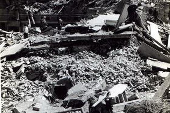 震后的唐山处处是断壁残垣