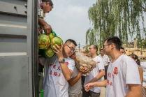 心系天下志愿者卸下一袋袋洋白菜