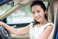 露香肩美丽车模笑容很灿烂