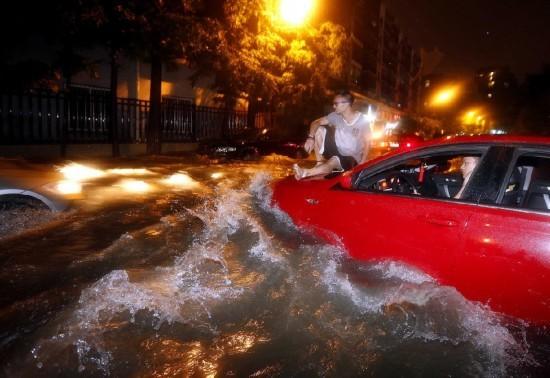 杭州遭暴雨侵襲市區一片汪洋