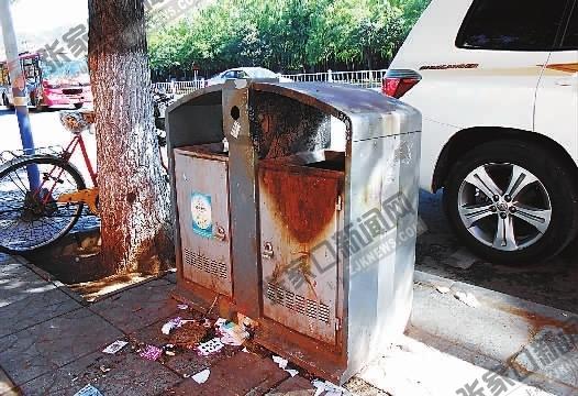 建国路上被烧过的果皮箱。   路上无果皮箱市民扔垃圾为难   9月9日,记者在高新区富强路北口与长城西大街交叉口处约1000米长的路段看到,道路两侧便道和绿化带里,被扔了不少卫生纸、塑料袋等垃圾。记者注意到,该路段没有果皮箱、垃圾桶。   一位在附近学校上学的学生告诉记者,暑假结束返校后,发现原来街上的果皮箱不见了。有一次他吃完零食,找了一圈也没有找到果皮箱,只好把食品包装袋装进书包里。他说:食品包装袋和废纸还能装进书包里,要是果核、香蕉皮,找不到果皮箱估计就会随手扔到绿化带内。居民张先生介绍,7月前