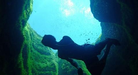 美冒险者挑战最危险潜水地