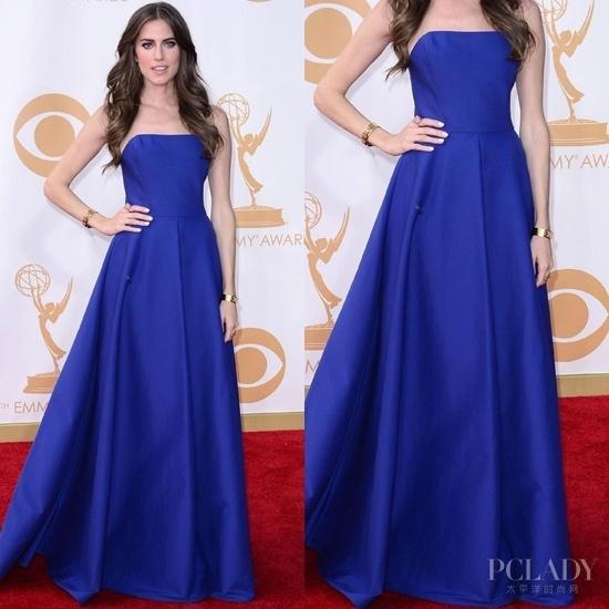 蒂娜·费(Tina Fey)   蒂娜·费(Tina Fey)身穿宝石蓝低胸礼服出席活动,宝石蓝和低胸元素的碰撞让蒂娜·费(Tina Fey)的身上散发着性感而高贵的气质。 [上一页] [1] [2] [3] [4]