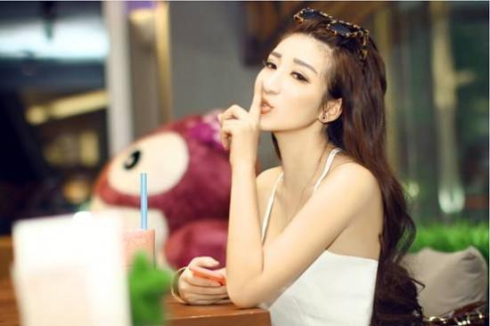 u   籍贯:中国   民族:蒙古族   刘诗璇,女,湖北武汉人,毕业于武汉