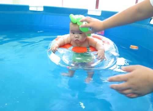 据倍优天地的婴儿游泳教练介绍,活动启动前,报名参加比赛的家长就络绎