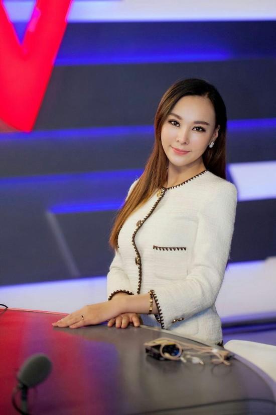 江苏卫视美女主持人_90后美女主持人孟一茜抵达南京,参加江苏卫视某娱乐综艺节目的录制.