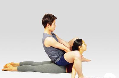 情侣相携瑜伽v情侣让爱火燃烧脂肪夏季减肥方法快速图片