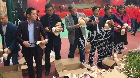 《内衣视界》总经理蔡文敏先生 左四为大连林夕梦公司总经理邹德刚