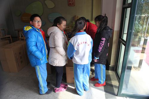 此次梦多服装参与并协助青岛市崂山区实验小学校服定制,向孩子们