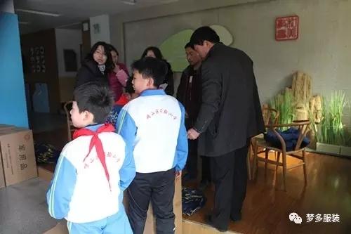 此次梦多服装参与并协助青岛市崂山区实验小学校服