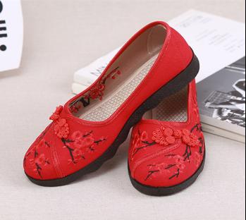 我们这款复古梅花的鞋子不仅让你眼前一亮,而且让你衣服增添复古气息.