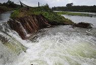 水库外溢淹没千亩农田
