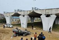 车辆坠下10米高断桥