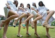 大学生穿护士服拍毕业照