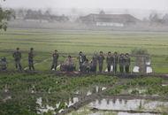 朝鲜歌唱队田间助农民插秧