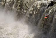 男子驾皮划艇挑战死亡瀑布