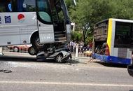 北京一警车遭大巴车碾压
