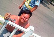 男子赤身被铐交警队门前