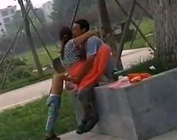 夫妻公园内活春宫