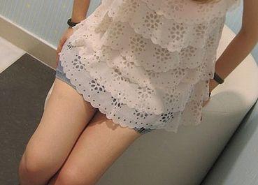 女子穿性感薄纱大街散心 遭猥琐大叔摸下体