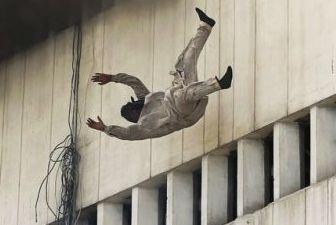 男子26楼跳下 身首异处血溅10米