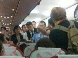 实拍女列车员与乘客起争执 车厢内互殴