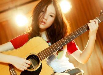 高校超萌美女抱吉他弹唱 室友赤裸上身抢镜
