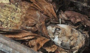 工地挖出穿龙袍干尸 五官清晰可见