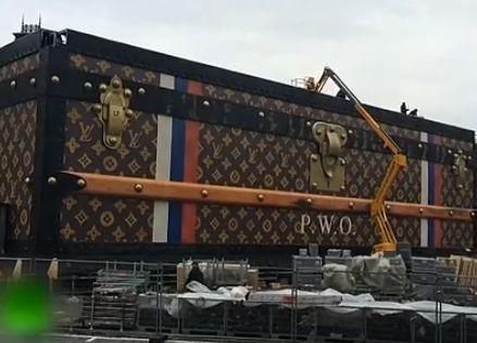 实拍莫斯科红场建巨型LV箱包式展馆