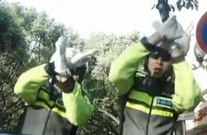 交警模仿最萌消防舞 网友称警察原来也很萌