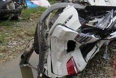 小轿车遭大货夹撞 车身变形驾驶员被挤烂