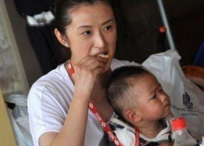 王志文一家度假归来 儿子娇妻身家上亿