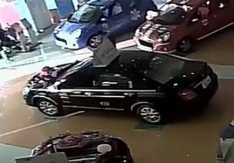 黑社会血腥打砸4S店 抡棍棒疯狂砸车